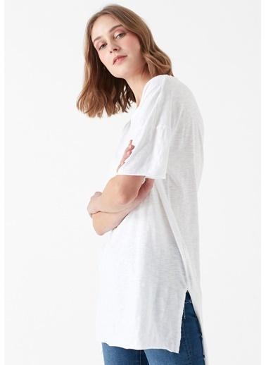 Mavi Yırtmaç Detaylı  Basic Tişört Beyaz
